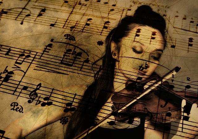 die Musikerin spielt und geniesst gleichzeitig ihre Musik