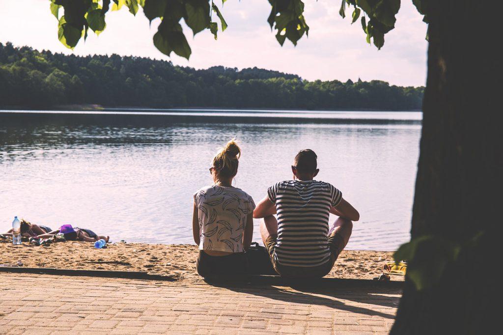 Paar geniesst die Ruhe am See