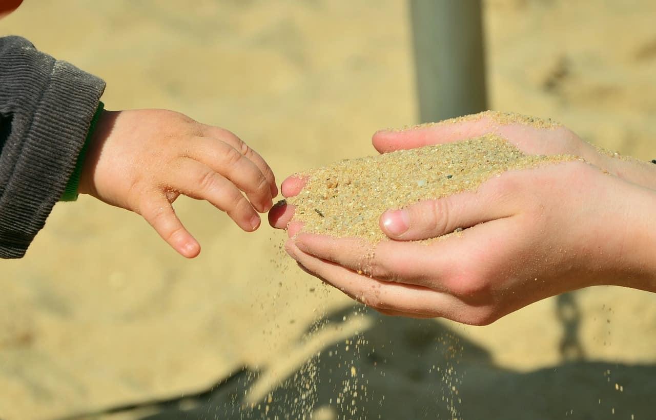 Sand in die Hand nehmen